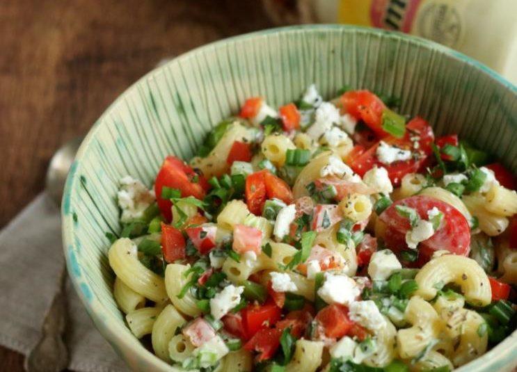 Sałatka makaronowa z majonezem i warzywami