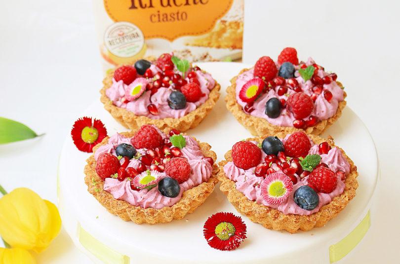 Kruche mini tarty z kremem i świeżymi owocami