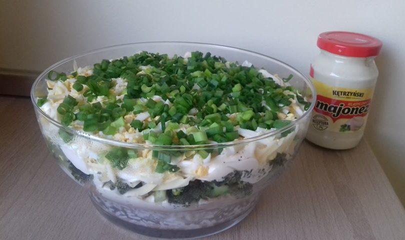 Warstwowa sałatka z tuńczykiem