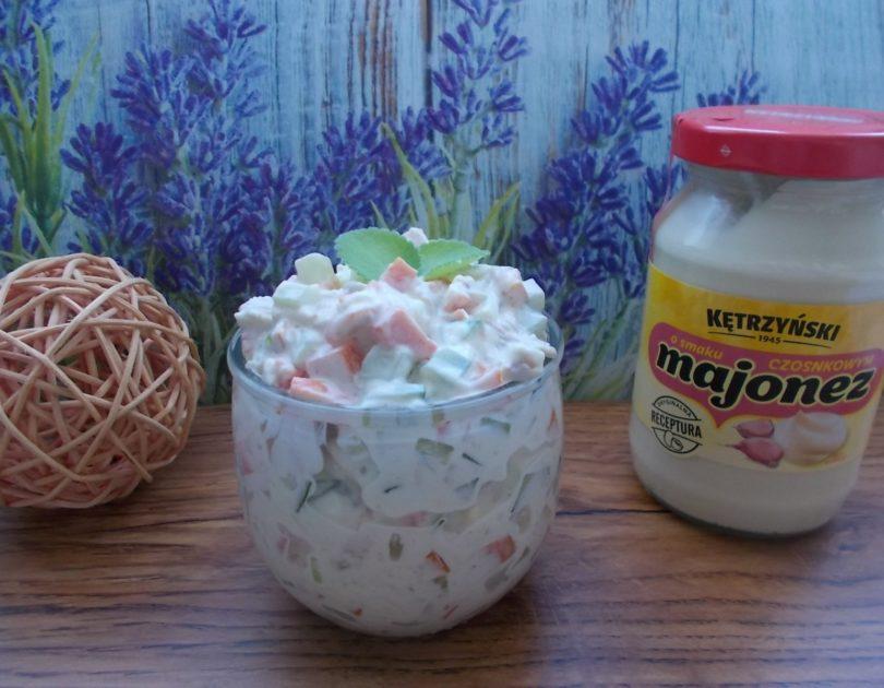 Sałatka z gotowaną marchewką i majonezem czosnkowym