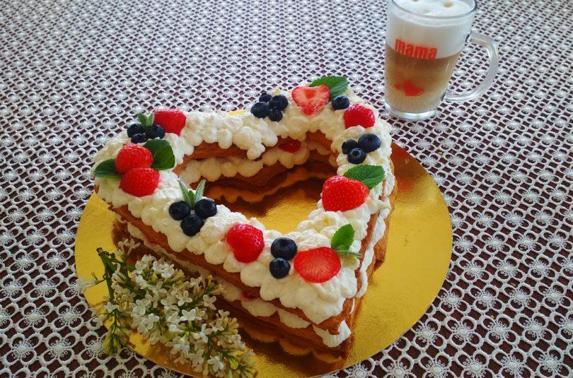 """Ciasto """"serce"""" z owocami i śmietaną"""